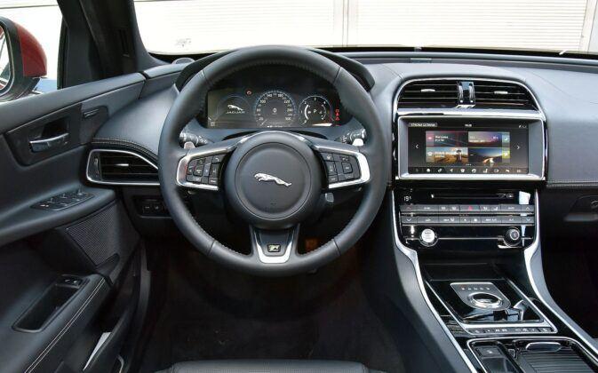 Jaguar XE - deska rozdzielcza